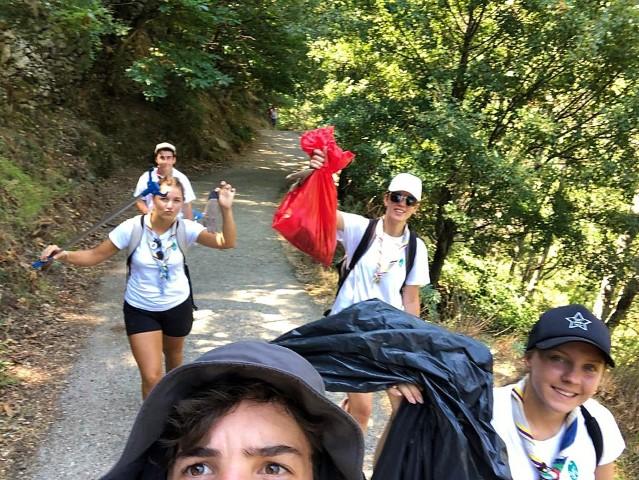 Scouts ramassent les déchets dans les Gorges d'Héric du Parc naturel régional du Haut-Languedoc