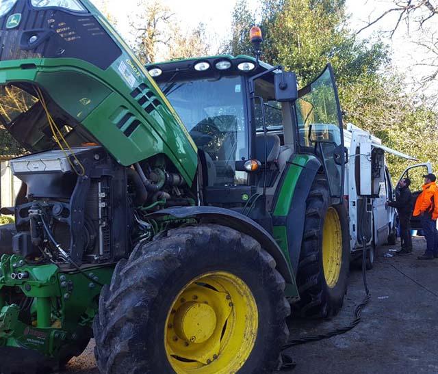 Photo de tracteur controlé au banc d'essai dans le Parc naturel régional du Haut-Languedoc