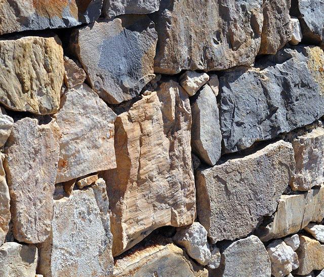 Atelier d'initiation à la construction en pierres sèches sur le site des Mates Basses du Parc naturel régional du Haut-Languedoc