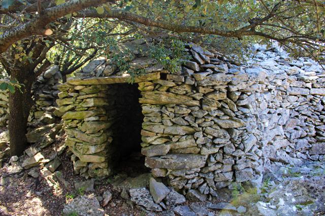 Capitelle en pierres sèches sur le site des Mates Basses du Parc naturel régional du Haut-Languedoc